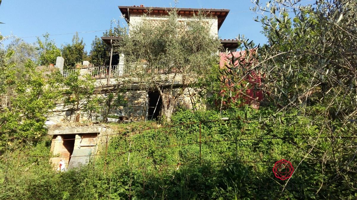 Rustico / Casale in vendita a Massarosa, 4 locali, prezzo € 400.000 | CambioCasa.it