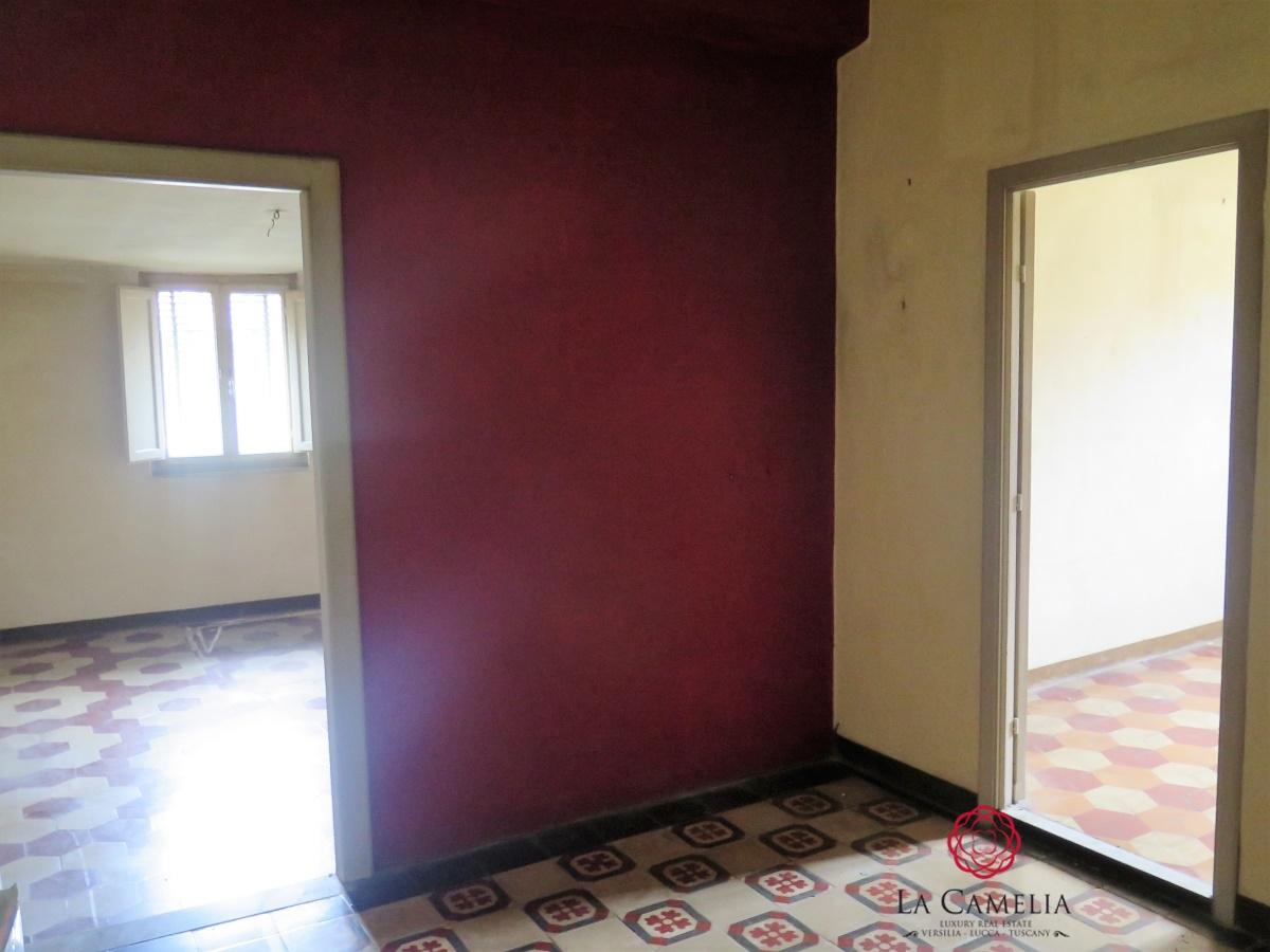 Appartamento in vendita a Lucca, 9 locali, prezzo € 170.000 | Cambio Casa.it