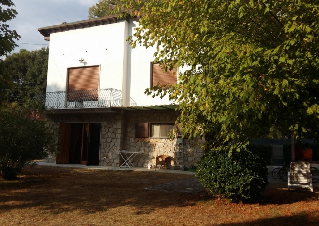 Sale Villa Massa - Detached Villa in a quiet residential area, 700 metres from the sea, near Forte dei Marmi Locality